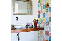 """Outra referência para o """"meu"""" banheiro. Ao invés dos ladrilhos, poderíamos pedir ao meu irmão Augusto para fazer umas artes para colocarmos nas paredes laterais da pia ou colocar umas prateleiras com uns objetos antigos/descolados. Gostei da torneira desse banheiro também."""