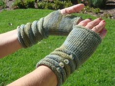 Ravelry: Leela Fingerless Gloves pattern by Zehava Jacobs Fingerless Mittens, Knit Mittens, Knitted Gloves, Knitting Projects, Knitting Patterns, Knitting Ideas, Learn How To Knit, Wrist Warmers, Diy Clothes