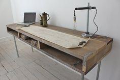 robuster Schreibtisch aus Holz und Leselampe aus Rohren                                                                                                                                                                                 Mehr