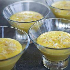 CREME ANTILLAISE DE MANGUES Pour 4 personnes : 2 mangues -1 cuillerée à soupe de sucre semoule 1 cuillerée à soupe de crème fraîche - 25 g de gingembre confit 1 sachet de sucre vanillé - 3 gouttes d'essence d'amande amère  Peler les mangues, couper la chair en lamelles, les mettre dans le mixeur. Ajouter le sucre semoule, les gouttes d'essence d'amande amère, le sucre vanillé, mixer. Ajouter la crème fraîche à la fin et donner un dernier tour de mixeur ou battre la crème en chantilly et…