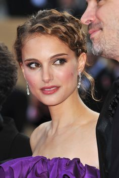 Natalie Portman Photos - Actress Natalie Portman arrives at the Blindness premiere at the Palais des Festivals during the International Cannes Film Festival on May 2008 in Cannes, France. Blonde Actresses, Female Actresses, Actors & Actresses, Black Actresses, Young Actresses, Palais Des Festivals Cannes, Cannes Film Festival, Prettiest Actresses, Beautiful Actresses