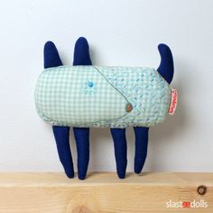 Pejsek- hračka Představujeme Vám sérii hraček Luna a kamarádi. Pejsek je šitý ručně (bez šicího stroje) z bavlny v jemné kombinaci modrozelených barev. Plněný je dutým vláknem.Pejsek je zdoben ruční výšivkou. Milá hračka nebo dekorace do pokojíčku. Délka 20 cm, šířka 10 cm.