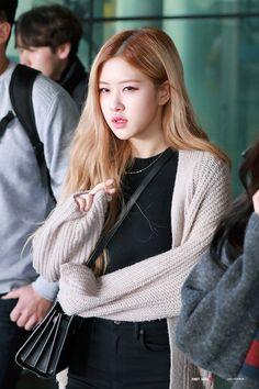 South Korean Girls, Korean Girl Groups, Rose Park, 1 Rose, Kim Jisoo, Jennie Lisa, Park Chaeyoung, Airport Style, Swagg