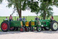 John Deere - New Holland - Massey Ferguson Antique Tractors, Vintage Tractors, Old Tractors, Old Farm Equipment, Heavy Equipment, Disney Pictures, Disney Pics, Tractor Photos, Classic Tractor