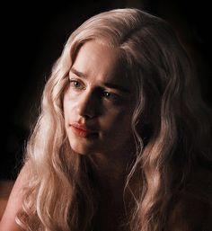 the night was moonless Emilia Clarke Daenerys Targaryen, The Mother Of Dragons, Badass Movie, Reign Mary, Arrow Tv, Game Of Thrones Art, Scott Pilgrim, Night Fury, Khaleesi