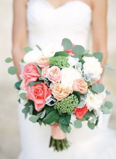 Romantic wedding bouquet idea; photo: Jeremy Chou
