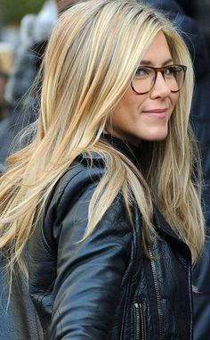 Blonde ombre by tina ombre in 2019 Jennifer Aniston Hair Color, Jennifer Aniston Legs, Jennifer Aniston Pictures, Jenifer Aniston, Jennifer Aniston Glasses, Warm Blonde Hair, Blonde Hair With Highlights, Beautiful Hair Color, Corte Y Color