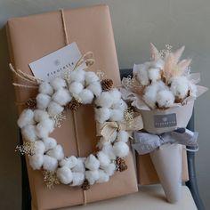 Instagram 上的 플루에뜨:「 빼빼로데이 예약 시작합니다 . . 목화리스 빼빼로 -빼빼로 8개입상자와 프리저브드목화리스 목화미니다발 빼빼로 -빼빼로 1개입상자와 프리저브드 목화다발 . 리스와 다발은 프리저브드제품이라 걸어두심 오래오래 두고보실수 있어요 . . •한정수량으로… 」 Christmas Gift Wrapping, Christmas Wreaths, Christmas Crafts, Christmas Decorations, Dried Flower Bouquet, Dried Flowers, Gift Wraping, Flower Packaging, Luxury Flowers