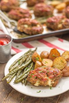 Sheet Pan Mini Meatloaves with Potatoes & Green Beans is the ultimate comfort food, cooked on one pan for easy cleanup. Now that's what I can a winner-winner, meatloaf dinner! Recipe by the amazing Strawberry Blondie Kitchen. Beef Recipes, Cooking Recipes, Healthy Recipes, Recipies, Family Recipes, Healthy Foods, Yummy Recipes, Hamburger Recipes, Delicious Meals