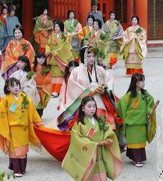5月15日 : 京都(Kyoto)・葵祭(Aoi-matsuri)下鴨神社に到着した斎王代の太田梨紗子さん(中央)ら=15日午後、京都市左京区の下鴨神社(恵守乾撮影): Saio-dai arrives at Shimogamo Shrine
