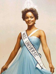 Además de ser la primera Reina de raza negra en ser coronada Miss Universo en la ciudad de Santo Domingo RD.  Janelle Penny Commissiong, es hija de madre Venezolana y padre de Trinidad y Tobago, atrajo la atención internacional en 1977 donde obtuvo la Corona Universal.