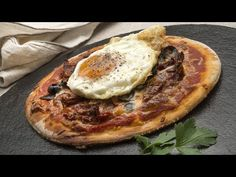 Karlos Arguiñano prepara una pizza con masa casera de tomates en aceite, mozzarella, salsa de tomate, aceitunas y huevo frito. Huevos Fritos, Pasta, Calzone, Mozzarella, Vegetable Pizza, Kids Meals, Camembert Cheese, Vegetables, Breakfast