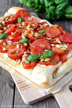Tomaten-Ricotta-Tarte mit Pinienkernen Tomato ricotta tart with pine nuts Tart Recipes, Veggie Recipes, Seafood Recipes, Appetizer Recipes, Vegetarian Recipes, Snack Recipes, Cooking Recipes, Thanksgiving Appetizers, Summer Recipes