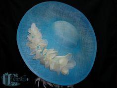 Pamela Azul con efectos claroscuros y detalle de flores en tres tonos para combinar con el outfit de su dueña. Espectacular www.facebook.com/ConEncantoBilbao  #hat #blue #flowers #bespoke