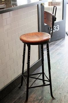 Remate perímetral barra con alicatado le labo. cafe stool.