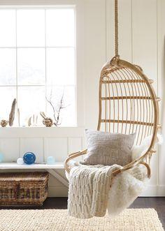 banco rede suspenso na decoração de ambiente rústico e clean com tons de branco e detalhes em madeira