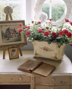 Pretty roses in a vintage pot on a shabby desk French Country Bedrooms, French Country Cottage, French Country Style, Rustic French, English Style, Country Charm, Red Cottage, Cottage Style, French Decor