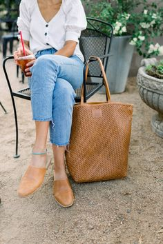 SSEKO LEATHER GOODS — AVE Styles Going To University, Classic Style, My Style, New Handbags, Made Goods, Beauty Trends, Madewell, Personal Style, Fall Winter