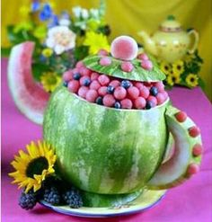 ALice in wonderland tea party Using an oblong or round watermelon, slice off a piece approximately 1 ½ inches down on the stem end. Alice Tea Party, Princess Tea Party, Tea Party For Kids, Mad Hatter Party, Mad Hatter Tea, Mad Hatters, Alice In Wonderland Birthday, Wonderland Party, Dessert Original