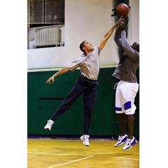 President Barack Obama plays basketball with personal aide Reggie Love at St. Bartholomews Church in New York, N., where the President was attending the United Nations General Assembly, Sept. 2009 (Official White House photo by Pete Souza) First Black President, Mr President, Black Presidents, American Presidents, Presidents Usa, Michelle Obama, Michael Jordan, Joe Biden, Durham