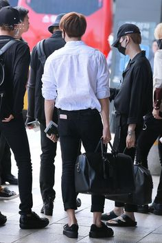 Find images and videos about love, fashion and kpop on We Heart It - the app to get lost in what you love. Jungkook Abs, Foto Jungkook, Bts Bangtan Boy, Taehyung, Bts Airport, Airport Style, Kpop Fashion, Korean Fashion, Airport Fashion