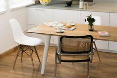 Mrs. Milk ist eine regelrechte Augenweide. Ein filigraner Tisch aus massivem Eichenholz, der ein Stück Natur in unser Haus (Nest) holt.