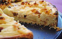 Herbstlicher Apfelkuchen mit Marzipan und Rosinen