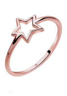 Dieser feine Ring aus rosé-vergoldetem 925er Sterling Silber lässt das Herz jeder Frau höher schlagen. Der filigran gearbeitete Schmuck zeichnet sich durch eine schlanke Ringschiene aus, die dem stylishen Goldring zarte Leichtigkeit verleiht und so den schönen Stern in den Vordergrund bringt. Schmale Ringe mit Trendsymbolen sind ein absolutes Highlight und dürfen in dieser Saison in keinem Schm...