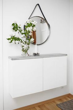 Wall mount slim cabinets with a DIY concrete top for a smart hallway table. Image via Plantete Deco - BESTA Ikea hacks Hallway Decorating, Entryway Decor, Entryway Ideas, Hallway Ideas, Decorating Ideas, Apartment Entryway, Entryway Console, Entrance Ideas, Entryway Table With Storage