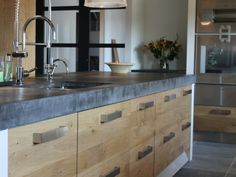 Grote KOAK keuken met witte muurtjes en 10 cm dik blad Ikea kasten met eiken houten fronten en robuust betonnen blad08