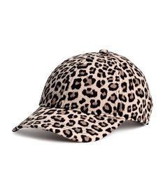 Leopard-print. Cap in cotton twill. Adjustable tab at back with a metal fastener.