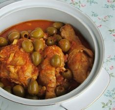 Chicken with olives in tomatoe sauce Chicken With Olives, Tomato Sauce, Chana Masala, Chicken Recipes, Goodies, Favorite Recipes, Sweets, Meat, Ethnic Recipes
