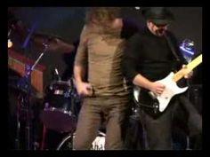 Fito y Fitipaldis en un concierto benéfico. Music Instruments, Guitar, Old Dogs, New Life, Concert, Peace, Musical Instruments, Guitars