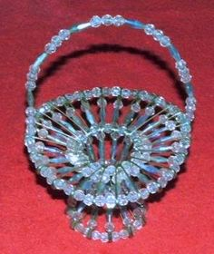 bead baskets and crafts - Bing images Safety Pin Bracelet, Safety Pin Jewelry, Wire Jewelry, Beaded Jewelry, Jewelery, Safety Pin Art, Safety Pin Crafts, Safety Pins, Hobbies And Crafts