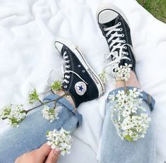 Aesthetic Shoes, Flower Aesthetic, White Aesthetic, Cute Cartoon Wallpapers, Pretty Wallpapers, Converse All Star, Jouer Au Basket, Trendy Wallpaper, Anime Art Girl