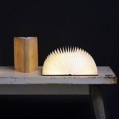 Oeuvre du designer Max Gunawan, Lumio est une lampe portable composée d'une couverture en bois découpé au laser et d'un soufflet en Tyvek, matériau résistant à l'eau.