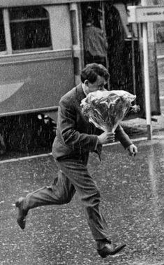 Flowers in the rain – Sarajevo, 1963 Tomislav Peternek Walking In The Rain, Singing In The Rain, Photos Du, Old Photos, Old Fashioned Love, I Love Rain, Vintage Couples, Old Love, Hopeless Romantic