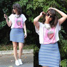 Camiseta com estampa localizada + saia listrada + tênis branco. | 23 combinações espertas para quando você não sabe o que vestir