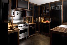 Usar o preto na decoração é puro luxo, quando feito de modo correto! Na cozinha não poderia ser diferente. #peçaslindas #decoraçãodebomgosto #cozinha #Blackdecor #Kitchen #cozinhadecorada #cozinhacores #kitchendecoration #decoraçãoelegante #cozinha #cozinhalinda #decoraçãodeinteriores #decorarfazbem #carrodemola.