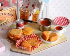 Miniature Making Grilled Cheese Sandwiches by CuteinMiniature Miniature Crafts, Miniature Food, Miniature Dolls, Miniature Kitchen, Barbie Food, Doll Food, Tiny Food, Fake Food, Polymer Clay Miniatures