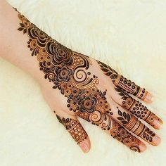 Mehndi is an important part of every Muslim woman's eid look adding to the beauty and grace of hands and feet. If you havent yet finalized your eid mehndi design then I bring to you some of the latest henna patterns to try out this year for bakra eid. Khafif Mehndi Design, Rose Mehndi Designs, Indian Mehndi Designs, Back Hand Mehndi Designs, Latest Bridal Mehndi Designs, Mehndi Designs For Beginners, Mehndi Design Photos, Wedding Mehndi Designs, Mehndi Designs For Fingers