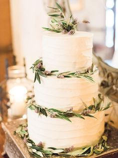 Here are gorgeous rustic wedding cake Ideas for any season.