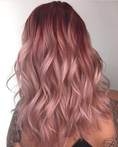 The ombre hair trend has been seducing for some seasons now. More discreet than tie and dye, less classic than sweeping, this new technique of hair. Pastel Pink Hair, Hair Color Purple, Purple Hair Streaks, Hot Hair Colors, Ombre Hair, Cabelo Rose Gold, Light Red Hair, Strawberry Blonde Hair, Dye My Hair