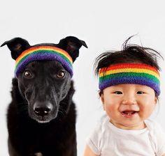 madre-hace-fotos-perro-y-bebe-con-gorros