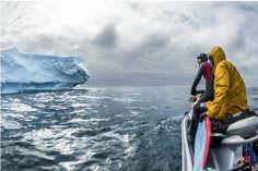 """Existem pessoas que surfam em rios, piscinas artificiais ou até em poças d'água. Mas sempre tem espaço para o pioneirismo né? Só precisa ter força de vontade, criatividade, e no caso desses doidos, um patrocínio da Red Bull. Ramón Navarro e Dan Malloy embarcaram para a Antártida e se tornaram os primeiros surfistas a praticar...<br /><a class=""""more-link"""" href=""""https://catracalivre.com.br/geral/agenda/indicacao/frio-na-espinha-surfistas-dropam-ondas-geladas-na-antartida/"""">Continue lendo »</a>"""