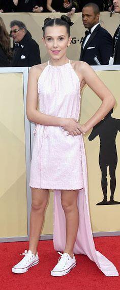 Millie Bobby Brown en portant une robe de soirée rose à paillettes au SAG Awards 2018