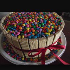 Imagem enviada por Andresa Sousa Torta Candy, Candy Cakes, Cupcake Cakes, Chcolate Cake, Bolo Minion, Chocolate Explosion Cake, Chocolate Lollies, Cake Chocolate, Lolly Cake
