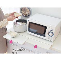キッチンであるととっても便利な「ちょい置きスペース」。料理中に材料、食材、ボウルやざる、食器、朝ならお弁当箱など、置く場所がなくウロウロイライラなんてこと、ありませんか?ちょっと仮置きできる場所があれば、もっと効率よく料理ができるのではないでしょうか。キッチンが狭くても可能な限り「ちょい置きスペース」をつくって使いやすいキッチンをめざしましょう。