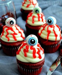 Gory and creepy, yet frighteningly delicious, these Bloody Eyeball Cupcakes aren't for the faint at heart to look at but the crowd pleasing combo of red velvet cake with cream cheese icing will win over any scaredy-cat! Halloween Desserts, Soirée Halloween, Halloween Goodies, Halloween Food For Party, Halloween Birthday, Holidays Halloween, Halloween Treats, Halloween Comida, Halloween Cupcakes Decoration