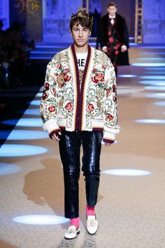 The complete Dolce & Gabbana Fall 2018 Menswear fashion show now on Vogue Runway. Catwalk Fashion, Fashion 2018, Fashion Show, Fashion Design, Fashion Rings, Fashion Boots, Dolce & Gabbana, Black Tie Suit, Trendy Mens Fashion